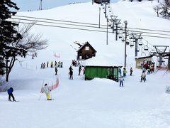 温泉の脇には小出スキー場があり、関東からのスキー授業の学生生徒たちが頑張っていました。