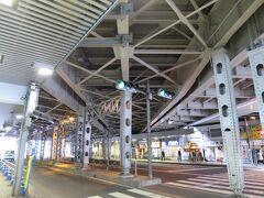 神田大通橋架道橋  神田駅前の中央通りをまたぐように架かる架道橋。 山手線や中央線などの複数の線路が通っており、高架下から間近に見られる橋を支える頑丈な鉄骨は迫力があります。