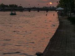 荷物を片ずけたり着替えたりしていたらちらっと夕日が見えたので川沿いの道に出てみました。部屋からすぐです。 トゥボン川の西の方、旧市街方向に陽が沈んでいきます。