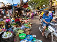 市場周囲はこんな感じ。 色あざやかな野菜やら果物やら、活気ある生活が感じられいいですね。