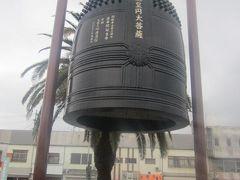 駅前にはこんな立派な鐘のレプリカも。