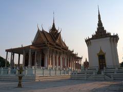 左手の大きな建物がシルバーパゴダ。金銀、エメラルドの仏像が納められています。内部の撮影はできません。