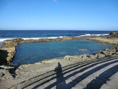 「海軍棒プール」です。 泳げる場所を‥ ~と、言うことで、岩をくり抜いた人口の海水プールが造られました。  プール中にある丸岩が台風のたびに転がって移動するので、その時々で遊び方が変わる面白いプールで、海水が流れ込む仕組みなので、小魚と一緒に泳ぐことができるそうです。