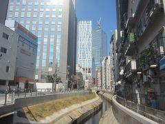東横線が高架だったころは高架とビルの間で目立たなかった渋谷川も、存在感がUPしたように思います この先(背後方向)には「渋谷ブリッジ」もできました