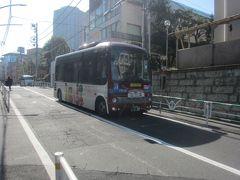 細い道を通るためか、小型のバスが走る