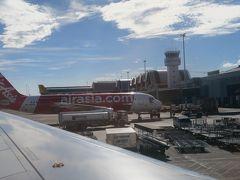"""成田からおよそ5時間。あっという間にマクタン・セブ国際空港に到着です。成田ではどんよりしていた天候も、こちらに来るとカラッと晴れ!いい天気です!  フィリピン2番目の空港とはいえ、こじんまりとした空港で、いい感じです。空港のセキュリティエリアの出口にツアー名の現地の旅行代理店の方が待っていて、スムーズに合流できました。  私たちの他にも、何人か日本からの旅行客がいて、駐車場のバンに荷物を積みながら、リストで確認。宿泊先も確認して、順番にそれぞれのホテルに連れて行ってくれる旨をアナウンス。車内で現地ツアーの案内もありましたが、今回は私たちは自分でダイビングショップに予約していたので、もうスケジュールがあるんだとお断りしました。  バンはマクタン島を快調に走り、順番にお客さんを降ろして、およそ30分。最後にクリムゾンリゾート&スパにまで到着します。ホテルの前で、帰りの迎車時間を確認して、ツアーのスタッフさんとバイバイして、チェックインです。  実は……、""""実は""""ばっかりですが、五つ星なんて泊まるのも初めてなので、それも楽しみです。"""