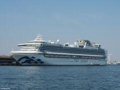 大さん橋に停泊中の豪華客船ダイヤモンド・プリンセス(山下公園から撮影)  日本で建造された最大の客船として、2004年にデビュー。 船籍は英国、 乗客定員2,706人、乗組員1,100人、総トン数115,875トン、 巡航速度22ノット(41km/h)、全長290m、全幅37.5m。