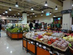 ついでにスーパーも見学、イギリス系のウエイトローズが入っていました。 野菜売り場が寒すぎです(>_<)、レジが物凄い列になっています。 ホテル近くのスーパーで買い物しておいて良かったです。