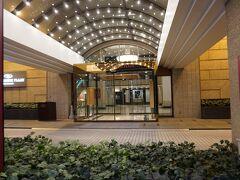 18時すぎにクラウンプラザホテル松山到着~! 長かった! (写真は夜撮ったもの)  去年までは全日空ホテルでしたが ついに名前がクラウンプラザホテル松山に変わりました。  日本で唯一の全日空ホテルだったので これで全日空ホテルという名前のホテルはなくなりました。  クラウンプラザホテルは13ヶ所制覇になります。 今の時点であと3ヶ所行ったことのないクラウンプラザホテルの予約をしているので 今年中には最低でも16ヶ所は制覇できる予定です。  全国に20ヶ所あるのですべて制覇するまであと少しです 制覇したからと言って別に何もないですが(笑)