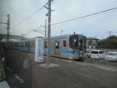 詫間駅で普通電車と行き違い。