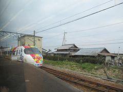 通過駅の箕浦駅では、上り特急しおかぜ10号、いしづち10号が行き違いのために停まって待っていました。 あちらはアンパンマン列車です。