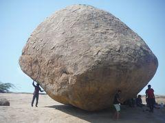 バス通りから西に向かうと、クリシュナのバターボールがあります。巨大な丸い岩が坂の途中で止まっているが、押してもまったく動かない不思議な岩です。