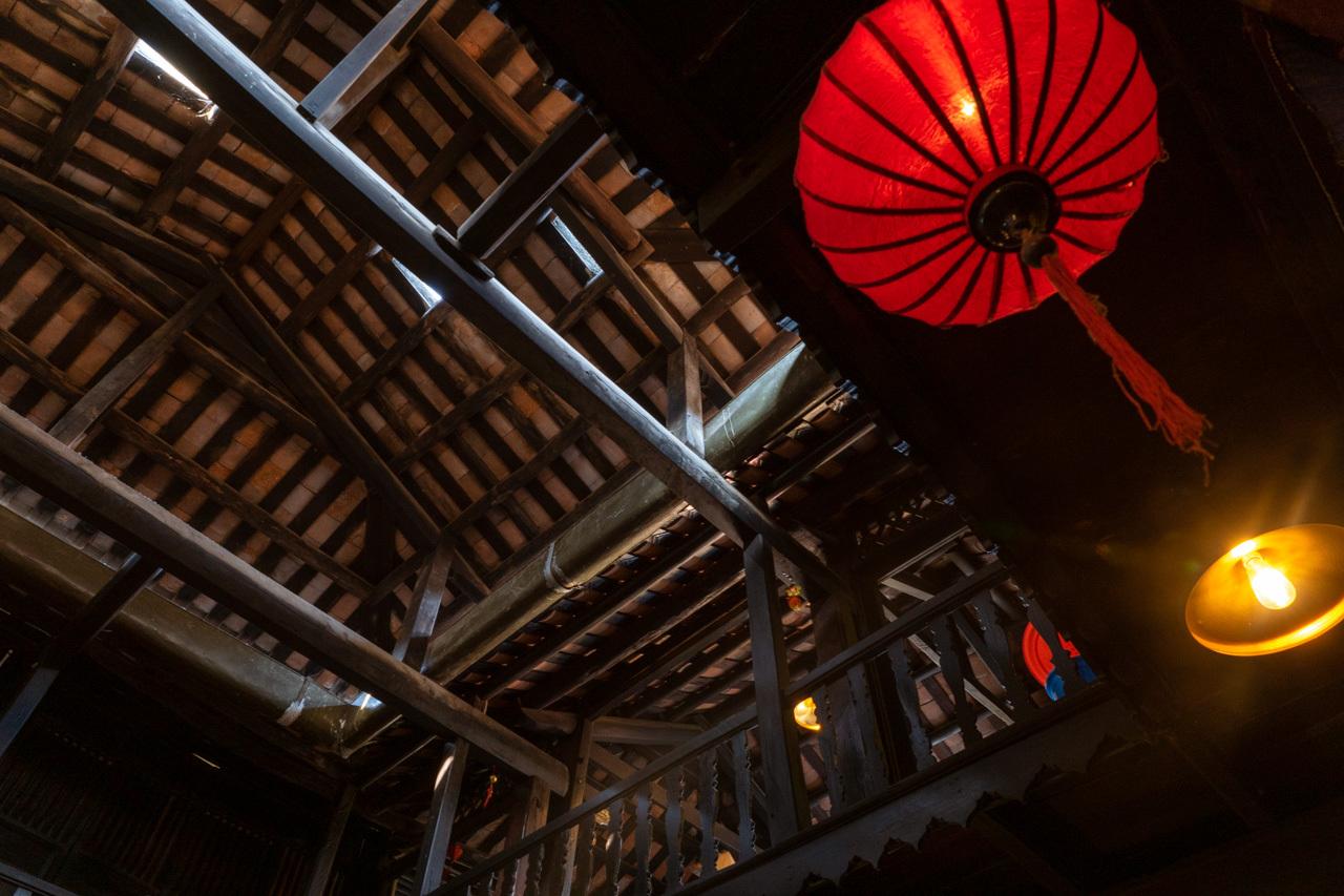 来遠橋はとりあえず通過し、その先にあるフーンフンの家(馮興家)に来ました。 香辛料、シルクや陶器などで財を成した貿易商が200年以上前に建てた家で、今も8代目の人が住んでいるということです。 1階の商談のためだった間の椅子に座り、中国、日本、ベトナムの折衷建築様式であることや商人の歴史など、ガイドさんが詳しく説明してくれました。それはためになったのですが、説明で終わり建物の中を見る時間は無く、話のあいだに天井の写真を撮ることしかできませんでした。 2階には行かないのですか?と聞くと、「2階はお店だけね。」とのこと。ま、旧市街は明日自分たちでじっくり見るからいいか。