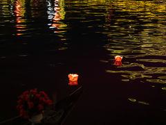 夕食後、トゥボン川で灯籠流し。これもツアーに含まれます。 風が強めで流そうとすると中のロウソクの火がすぐ消えてしまい、何度かやり直しました。 思うように流れていきませんでしたが、しばらくしてやっと沖に向かっていきました。
