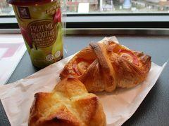 おはようございます! 旅行先で迎える、2018年の最後の日の朝です! 朝食は、昨日の夕方に買っておいた、ベッカライ・ダンケンの美味しいパンと、ローソンのフルーツスムージーです!