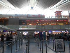 写真は羽田の中国南方航空カウンターの前の様子です。 (10:45発のカウンターは2.5h前の8:15から開いた。 手荷物は合計たった5kgなのでキャリーバッグを秤に乗せて計った。 リュックは計らなくて良いと言われたので何とかクリアした。 帰りの中国東方航空の手荷物は7kgだったと思う。) 私たちは旅慣れているはずなのですが何故か慌ただしい気持ち と同時に憂いの気持ちが胸の中に起こって来るのはいつものことです。 「なお、憂きことの積もれかし…」という心象です。  今回の旅は雲南省の羅平の黄色く満開に咲きほころぶ菜の花と 元陽の棚田の水面が朝の日の光に銀色の魚鱗のように妖しく輝く 景観を見ることが目的でした。 蘇東坡の漢詩の「「廬山(ろざん)は煙雨(えんう)、浙江(せっこう) は潮(うしお)、未(いま)だ到(いた)らざれば千般(せんぱん) の恨(うらみ)消えず」という想いを胸に抱いた旅が始まります。 羽田の日本人の出国手続きは自動化されて簡単。 パスポートを伏せて前を見て写真と照合して終わり。 審査官の横を通り過ぎただけで簡単になりました。 帰国時の関空の入国も同じです。 慌ててパスポートの顔写真とは違うページを伏せたので 係員が指導しに来てくれました。