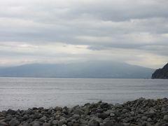 御浜崎から駿河湾越しに眺めた富士山  天候がどんどん崩れてきたので富士山上部は雲に隠れてしまいましたが 晴れていれば美しい富士山が望めます 晴れていれば海抜0m(いや2mぐらいはあるか)からの富士山は3776mの高さを実感でき、非常に高い山に見えます