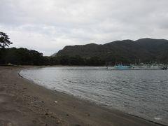 波が非常に静かな御浜崎の砂浜  夏は小さな子でも安心の海水浴場となります かつて悪天候が危ぶまれる中、海水浴に西伊豆を訪れた際も、静かな波間でへっちゃらでした  ※その時の様子はこちら  https://4travel.jp/travelogue/11013309