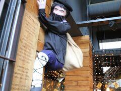 お店の入口に泥棒がいます。
