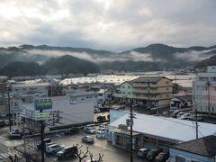 市役所から20分位歩いて、4日目の宿『須崎プリンスホテル』へ。 今まで降ってた雨はピタリと止み、薄日が差してきた。