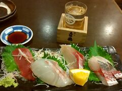 部屋で一休みした後は、近くにある海鮮料理屋で地魚やウツボのたたき などを肴に地酒を一杯。至福のひと時。