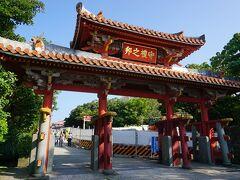 那覇に戻ってきました! 沖縄旅行で一番行ってみたかった首里城に来ました。 駐車場は市営駐車場に停めて、1回320円でした。 民間の駐車場も周りにありますが、そこは高いので、市営駐車場の利用をお勧めします。