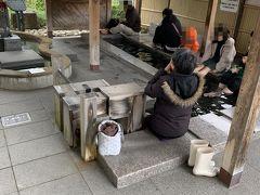 出雲大社前から丁度1時間、松江しんじ湖温泉に到着しました。 駅前には足湯スポットが。