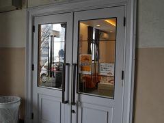 1階手前のドアはクロワッサン専門店の三日月屋です。イートインスペースは4席ぐらいしか無いのでテイクアウトして海岸沿いのベンチで食べましょう。