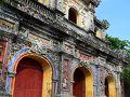 美しい装飾と鮮やかな色使いの顕仁門。