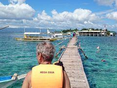 ナルスアン島は遠浅で、長ーい桟橋の先にボートを止めて、桟橋の先からエントリーします。 ものすごい数の観光客が訪れていて、桟橋周りは人でごった返しています。