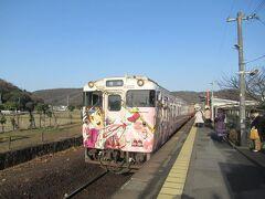 反対方向の岡山行きディーゼルカーが入ってきました。 桃太郎伝説ラッピングの車両でした。