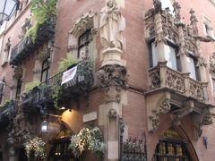 バルセロナの旧市街、ゴシック地区と呼ばれるところにあるレストラン「クアトラ・ガッツ(4匹の猫)」。  青年時代のピカソが足しげく通い、たくさんの芸術家や作家などと交流したというカフェだったという歴史を持つ由緒正しきレストランです。