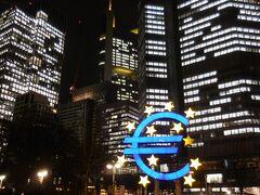 青いユーロのマークの後ろはユーロ圏を統括する欧州中央銀行。