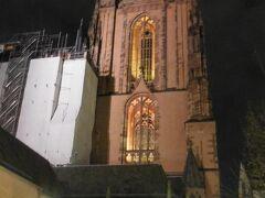 フランクフルトの大聖堂。教会は13~15世紀にゴシック様式で建築されました。高さ95mの塔は1415年に建築が始まり、完成したのは1877年です。