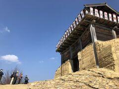 鬼ノ城のシンボルである西門へは駐車場から歩いてすぐに行けます。登山客が多く見られました。
