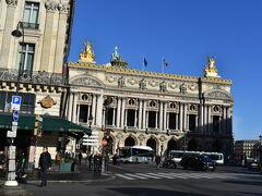 オペラ座。 オペラの裏側にロワシーは到着します。