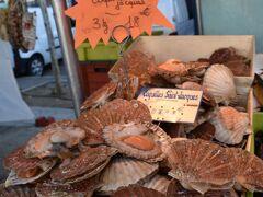 マルシェでは新鮮な魚介類も…。 持って帰ってバターソテーにしたい…。