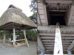 高倉: 昔、奄美大島では穀物を貯蔵する倉として人々に利用されてきました。 高倉を支える大きな丸太はイジュの木を利用して建造されています。  (ウェブサイトより)