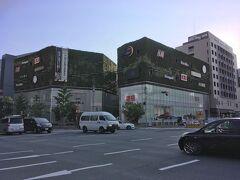中洲の手前には、緑に覆われたビルと大きな尖塔がある賑わった一角が。