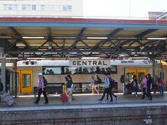 ホテルを9時頃に出発 今日もシドニーは暑い まずミュージアム駅からセントラル駅へ ホテルからセントラル駅までは徒歩で10分程度で行けるが、ミュージアム駅から一駅でもあり、今日は日曜日なのでOPAL CARDをフルに使ってお得に移動する事ができる