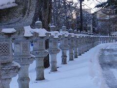 温泉寺まで・・ 除雪されると歩きづらいですね。