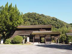 嘉例川駅  雰囲気がとても素敵です。田舎の昔ながらの駅舎。 背景に緑の山と青空。きれい