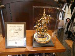 ギャグファクトリー/ファイブ・アンド・ダイムで2019年3月15日より発売予定の東京ディズニーリゾート35周年記念セレブレーションタワーフィギュア が展示されていました。 5万円とお高い… 即日完売するのか!? パーク内でグッズ争奪戦は、もううんざり… 転売屋は来ないでほしいね。 OLCも転売目的の販売する奴には、拒否すればいいのに…