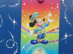 2020年にオープンする美女と野獣エリアの工事フェンスに35周年のミッキー達が描かれたイラストがあります。