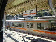 甲斐常葉駅。 甲府行きの電車とすれ違い。