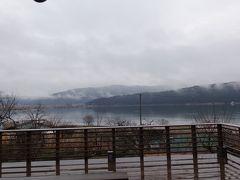 空が少し明るくなって、余呉湖の湖面が見えてきました。