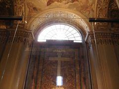 まずは右奥にあるピエタ像を目指します。  「神のごとき」と言われたミケランジェロ・ブオナローティが弱冠24歳で仕上げた作品です。  天井画もステキですが、この時はピエタを見るのに必死!(笑)