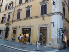 ヴァチカンの最寄り駅(といっても10分くらい歩きます)から地下鉄に乗ってスペイン広場へ。  MIU MIUでサンダルを購入しました(〃ω〃)  イタリアブランドはイタリアで買う方がやっぱり安いです♪