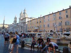 目指していたのはナヴォーナ広場。  1644年にパンフィーリ家出身の法王インノケンティウス10世が、宮殿とその周辺の整備をジャン・ロレンツォ・ベルニーニに依頼して出来たものだそう。  ベルニーニと言えば、先ほど通ったスペイン階段のところの噴水も作ってます☆