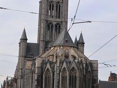 「聖ニコラス教会」 スヘルデ・ゴシック様式の最高傑作とされる建築物。 サンタクロースのモデルでもあり、漁師の守護聖人でもある聖ニコラスを祀っている。 外観が、表現しがたい・・・ 好みの分かれるところ(^-^;  通りから見ても奇妙で複雑な建築物に見える。